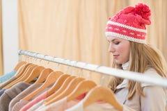 Fermez de l'les vêtements de regard assez blonds sur le rail Images stock