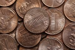 Fermez des USA une pile de pièces de monnaie de cent images stock