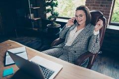 Fermez la photo belle elle que sa dame d'affaires disent de parler des investisseurs pour discuter pour communiquer le téléphone  image stock