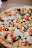 Fermez la pizza dans la bo?te images libres de droits