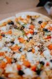 Fermez la pizza dans la bo?te photographie stock