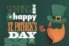 Fermez vers le haut de la vue de vous un lettrage heureux de jour de patricks de St sur le fond vert image stock