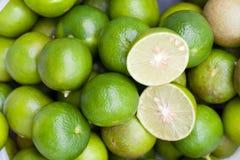 Fermez vers le haut du citron vert frais le dessus photo stock