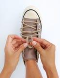 Fermez vers le haut du lien ses espadrilles de toile de chaussures Photos libres de droits