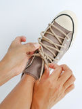 Fermez vers le haut du lien ses espadrilles de toile de chaussures Photographie stock libre de droits