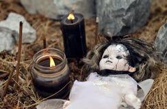 Fermez-vous avec la fille de vaudou, les bougies noires et les bâtons brûlants d'encens Photo stock