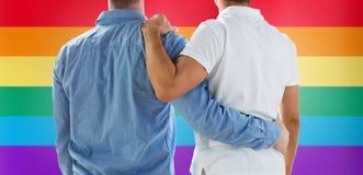 Fermez-vous d'étreindre gai masculin heureux de couples Photo stock