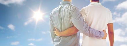 Fermez-vous d'étreindre gai masculin heureux de couples Image stock
