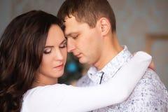 Fermez-vous d'étreindre mûr de couples Photos libres de droits