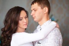 Fermez-vous d'étreindre mûr de couples Images libres de droits