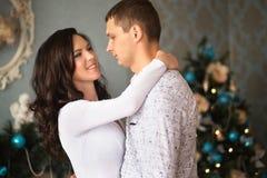 Fermez-vous d'étreindre mûr de couples Photo stock