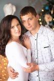 Fermez-vous d'étreindre mûr de couples Images stock