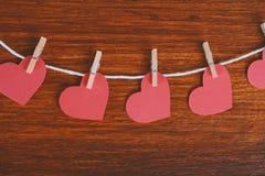 Fermez-vous d'accrocher de papier rouge de coeurs Photos libres de droits