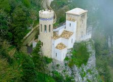 Fermez-vous d'Erice que le petit château dans le brouillard est la ville unique de la Sicile - l'Italie images stock