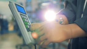 Fermez-vous d'un à télécommande pour une fraiseuse réglé par les mains prosthétiques du ` s de travailleur banque de vidéos