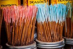 Fermez-vous d'un bâton coloré d'encens Image stock