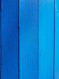 Fermez-vous d'un baril en bois bleu images libres de droits