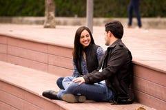 Fermez-vous d'un beau jeune couple dans l'amour dans le jour de valentines de St se reposant en parc, en se regardant Photos stock