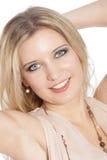 Fermez-vous d'un beau sourire d'une chevelure blond de femme Images libres de droits