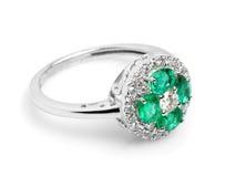 Fermez-vous d'un bel anneau de Sapphire Diamond Photo libre de droits