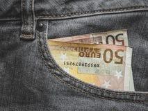 Fermez-vous d'un billet de banque de l'euro 50 dans une poche photos libres de droits