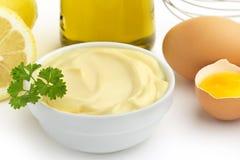 Fermez-vous d'un bol de mayonnaise Images libres de droits