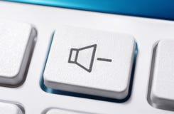 Fermez-vous d'un bouton blanc de volume vers le bas d'un blanc à télécommande pour un système audio stéréo de haute fidélité Photos stock