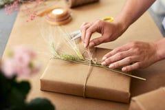 Fermez-vous d'un cadeau étant enveloppé images stock