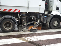 Fermez-vous d'un camion nettoyant une rue image libre de droits