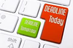 Fermez-vous d'un clavier avec la date-butoir aujourd'hui et demain des boutons photos stock