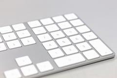 Fermez-vous d'un clavier d'ordinateur blanc photographie stock