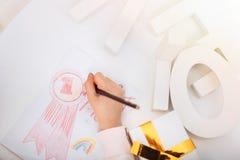 Fermez-vous d'un crayon étant employé pour le dessin Photographie stock