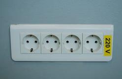 Fermez-vous d'un cric triple de mur, 220 v, symbole électrique photos libres de droits