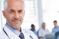Fermez-vous d'un docteur de sourire Photo libre de droits