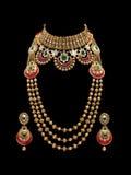 Fermez-vous d'un ensemble complet d'or et de collier de diamants avec des boucles d'oreille image libre de droits