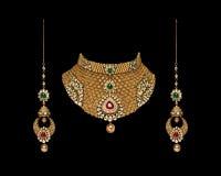 Fermez-vous d'un ensemble complet d'or et de collier de diamants avec des boucles d'oreille photo libre de droits