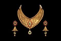 Fermez-vous d'un ensemble complet d'or et de collier de diamants avec des boucles d'oreille photographie stock