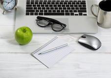 Fermez-vous d'un espace de travail rangé sur un bureau blanc Photos libres de droits