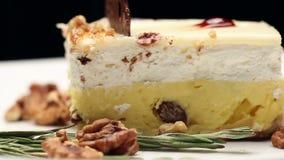 Fermez-vous d'un gâteau avec de la crème de vanille du plat blanc banque de vidéos