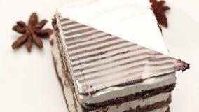 Fermez-vous d'un gâteau avec l'anis fouetté de crème et d'étoile du plat blanc clips vidéos