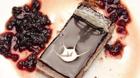 Fermez-vous d'un gâteau de chocolat du plat blanc clips vidéos