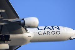 Fermez-vous d'un grand avion de charge Photos stock