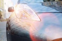 Fermez-vous d'un grand phare rougeoyant lumineux d'une voiture Photo libre de droits