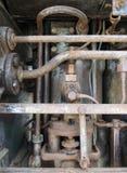 Fermez-vous d'un grand vieux moteur diesel marin abandonné montrant les tuyaux et les cylindres et les boulons de rouillement image libre de droits