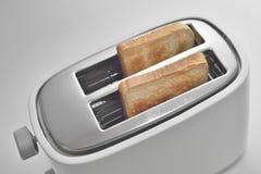 Fermez-vous d'un grille-pain avec des tranches de pain images libres de droits