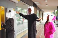 Fermez-vous d'un groupe heureux d'amis dans la ligne de l'atmosphère, différents costumes de port, une femme portant une licorne  Photos libres de droits