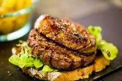Fermez-vous d'un hamburger juteux photographie stock libre de droits