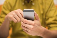 Fermez-vous d'un homme à l'aide d'un smartphone mobile Images stock