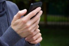 Fermez-vous d'un homme à l'aide du téléphone intelligent mobile Photo stock