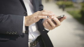 Fermez-vous d'un homme à l'aide du téléphone intelligent mobile extérieur